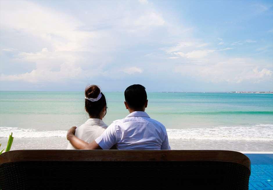 14時30分~15時<br /> ジンバラン地区スンダラ・レストラン<br /> プールサイドのビーチチェアにて