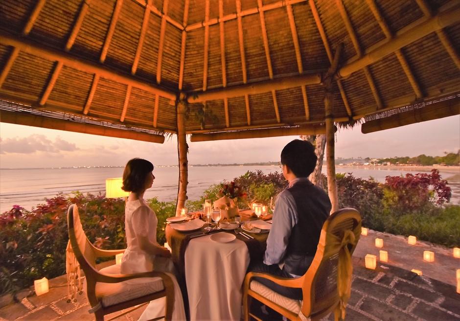 バリ島ウェディング・フォト【サンセット】/ フォーシーズンズ・リゾート・ジンバラン/ ロマンティック・ディナー テーブル装飾