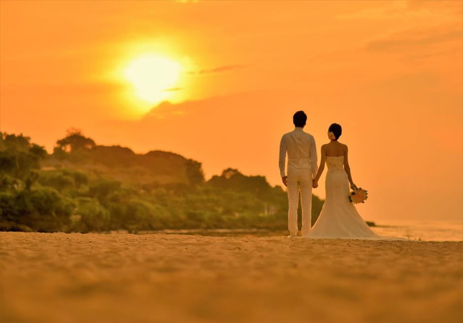 バリ島ウェディング・フォト【サンセット】/ フォーシーズンズ・リゾート・ジンバラン/ 美しい夕陽を望むビーチ