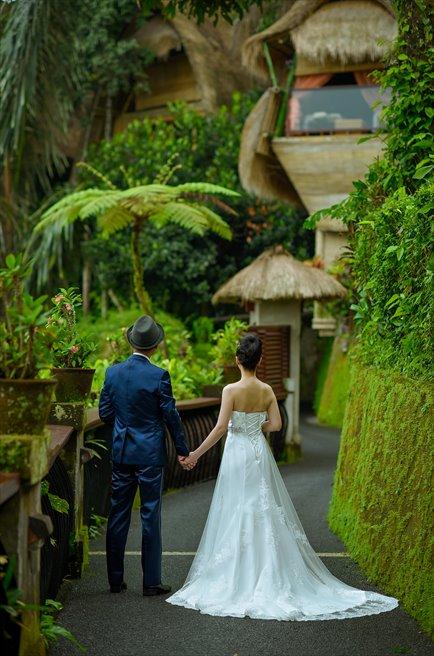 クプ・クプ・バロン・ヴィラズ&ツリー・スパ<br /> リゾート美しいリゾート内の木々の回廊にて