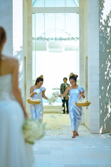 ティルタ・ウルワツ| オール・ブルー・ビーチフォト&パーティー・パッケージ| 生花のフラワーバージンロード