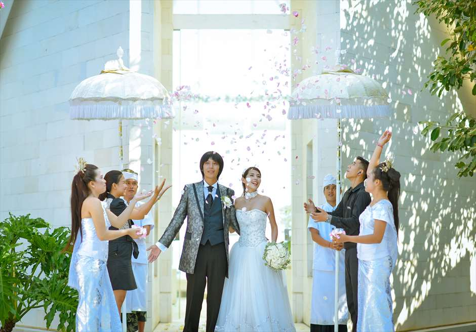オール・ブルー・イン・ティルタ・ウルワツ<br /> 生花のフラワーシャワー
