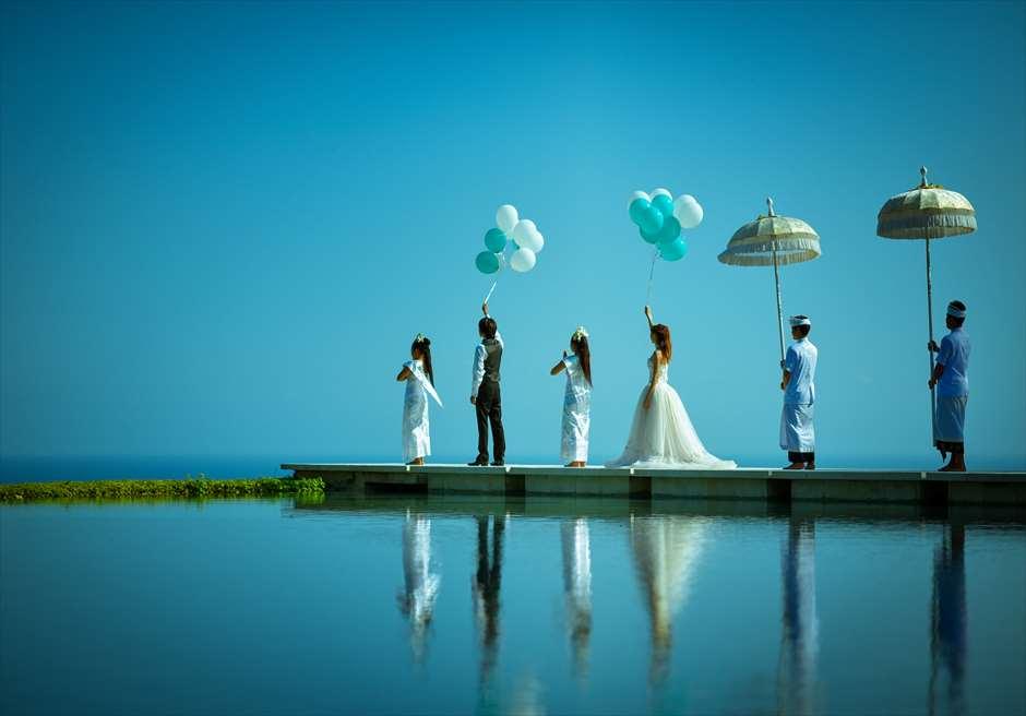 オール・ブルー・イン・ティルタ・ウルワツ| ホワイト&ブルー バルーンリリース