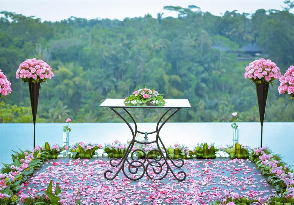 クプ・クプ・バロン・ヴィラズ&ツリー・スパ<br /> アトモスフェア・ウェディング ピンク装飾<br /> 生花祭壇装飾