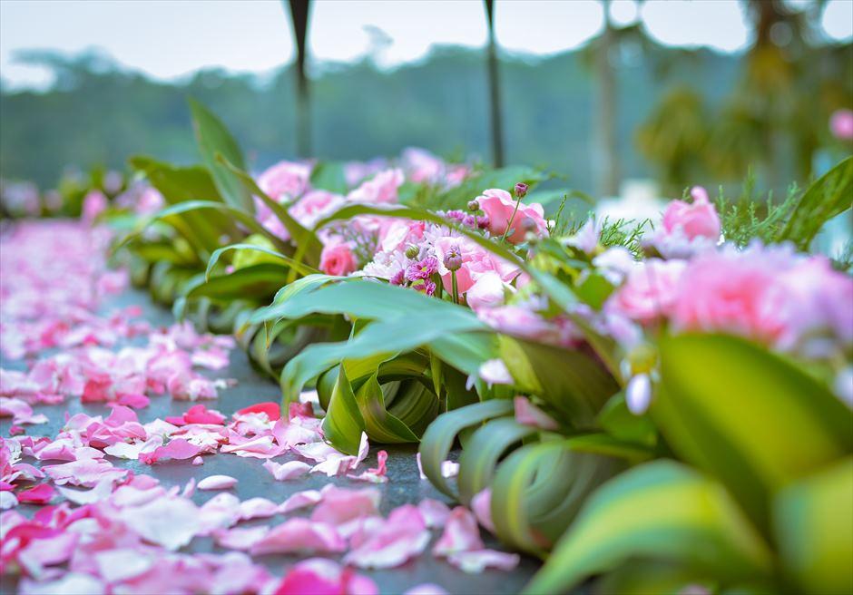 クプ・クプ・バロン・ヴィラズ&ツリー・スパ<br /> アトモスフェア・ウェディング ピンク装飾<br /> 挙式会場生花装飾
