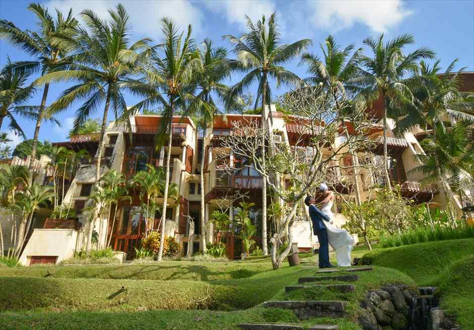 フォーシーズン・リゾート・バリ・サヤンスイートホテル棟前ガーデンにてフォトウェディング