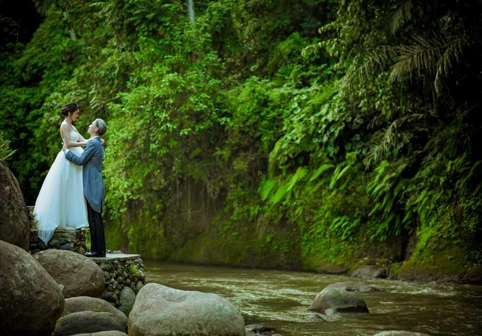 フォーシーズン・リゾート・バリ・サヤンアユン川の畔にてフォトウェディング