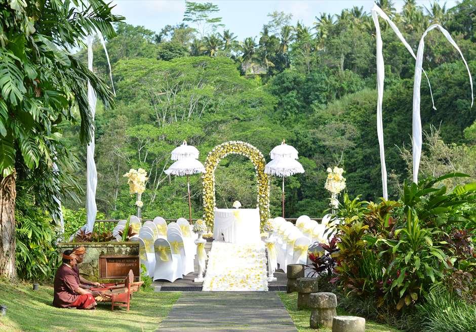 マヤ・ウブド・リゾート&スパ<br /> 270度の広大なジャングルを一望する挙式会場<br /> 入場はリンディックの調べとともに(オプション)