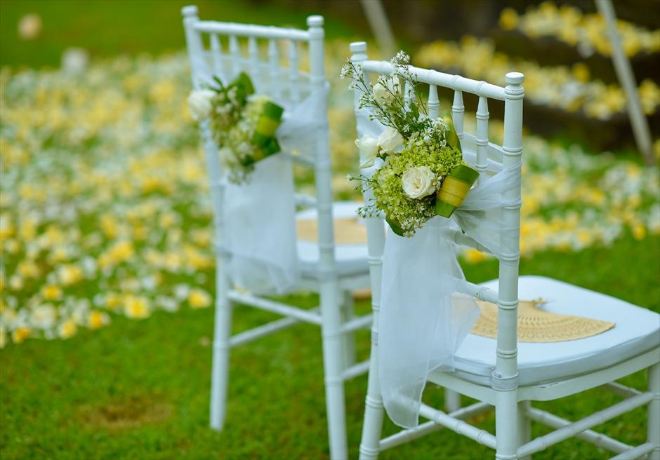 ザ・チェディ・アンフィシアター<br /> ホワイト・ウェディング<br /> ティファニーチェア生花の装飾