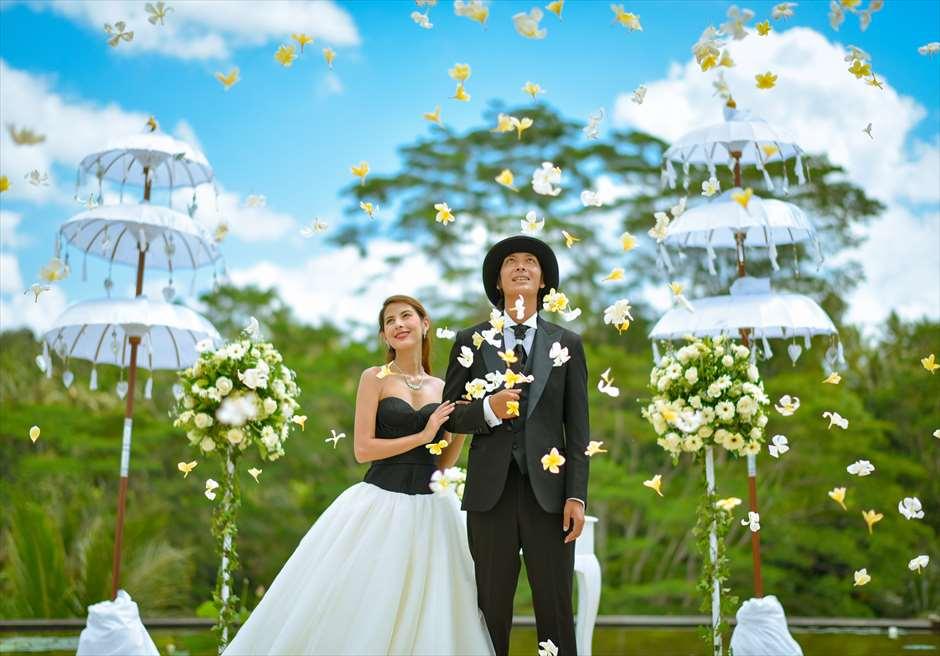 フォーシーズンズ・リゾート・バリ・アット・サヤン<br /> サヤン・エタニティ ウェディング<br /> 生花のフラワーシャワー