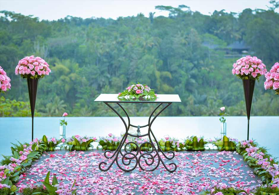 クプ・クプ・バロン・ウブド| ウォーター・ウェディング|  ピンク基本装飾 祭壇周り生花装飾