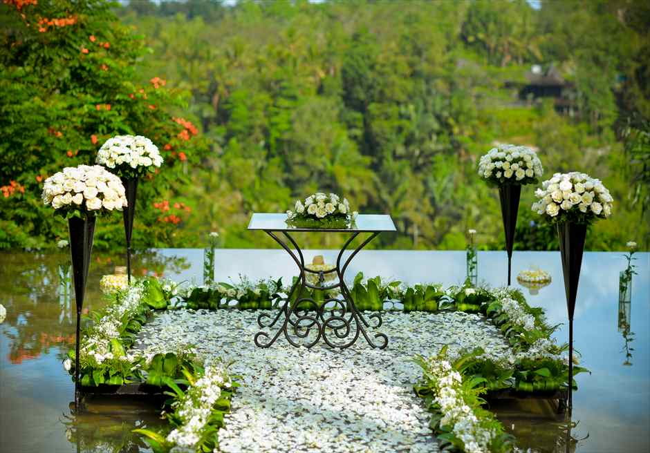 クプ・クプ・バロン・ウブド| ウォーター・ウェディング | ホワイト基本装飾 祭壇周り生花装飾