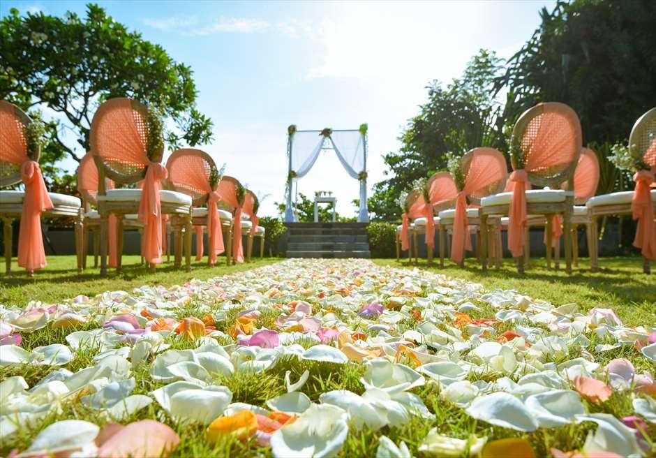 パドマ・リゾート・レギャン<br /> プレジデンシャルスイートヴィラ  ビーチフロント・ガーデンウェディング<br /> アップグレード装飾 コーラルオレンジ<br /> 生花のバージンロード