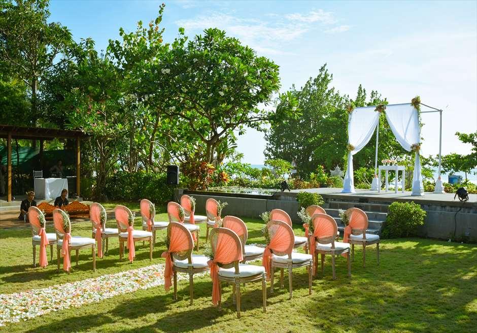 パドマ・リゾート・レギャン<br /> プレジデンシャルスイートヴィラ  ビーチフロント・ガーデンウェディング<br /> アップグレード装飾 コーラルオレンジ<br /> 挙式会場全景