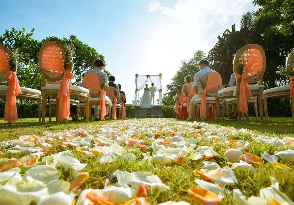 パドマ・リゾート・レギャン<br /> プレジデンシャルスイートヴィラ  ビーチフロント・ガーデンウェディング<br /> アップグレード装飾 コーラルオレンジ 挙式シーン