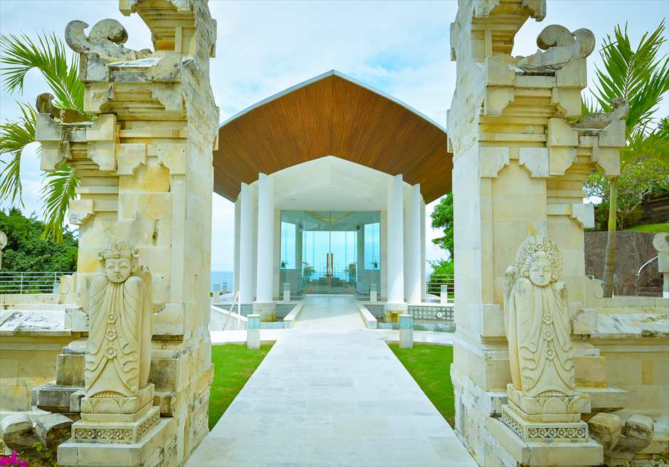 ヒルトン・バリ・リゾート<br /> ワイワハ・チャペル挙式会場外観とバリ伝統の割門<br />