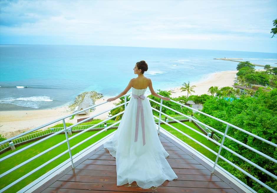 ヒルトン・バリ・リゾート<br /> ワイワハ・チャペル<br /> 祭壇先のテラスより美しいヌサドゥアの海を望む