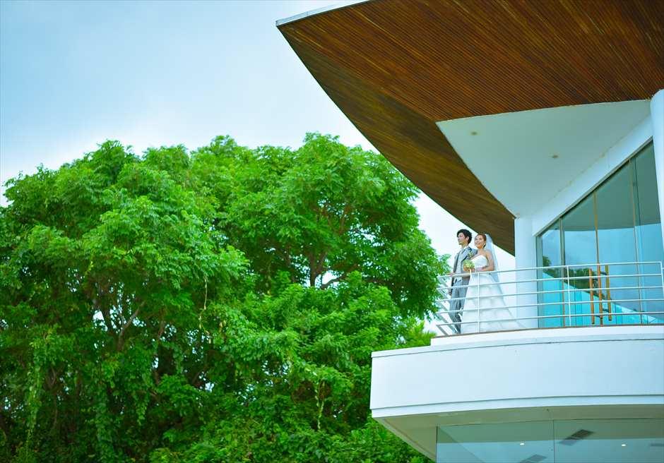 ヒルトン・バリ・リゾート<br /> ワイワハ・チャペル挙式会場<br /> 下ガーデンからチャペル・テラスを望む