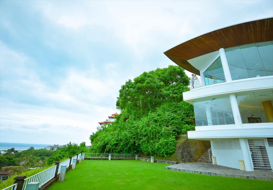 ヒルトン・バリ・リゾート<br /> ワイワハ・チャペル下ガーデンよりテラスを望む