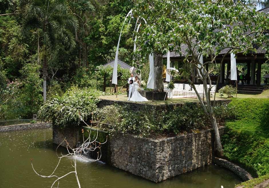 ブミ・ドゥア・ダリ ザ・ホワイト・ウェディング ウォーターポンドに浮かぶ挙式会場全景
