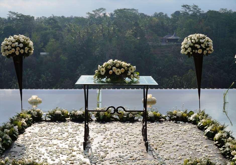 クプ・クプ・バロン・ヴィラズ&ツリー・スパ<br /> アトモスフェア・ウェディング ホワイト装飾<br /> 生花祭壇装飾