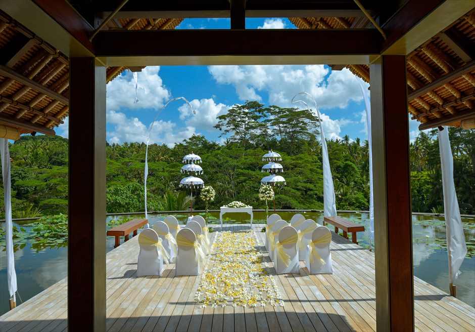 フォーシーズンズ・リゾート・サヤン サヤン・エタニティ・ウェディング 270度の眺望を独占する挙式シーン