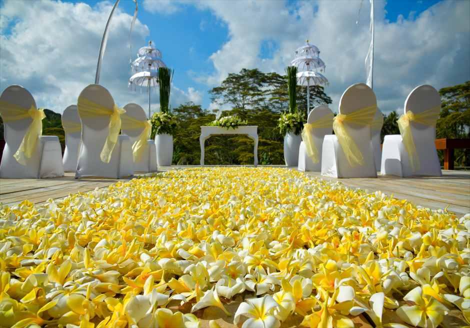 フォーシーズンズ・リゾート・サヤン挙式 基本装飾 ロータス・ポンド 生花バージンロード
