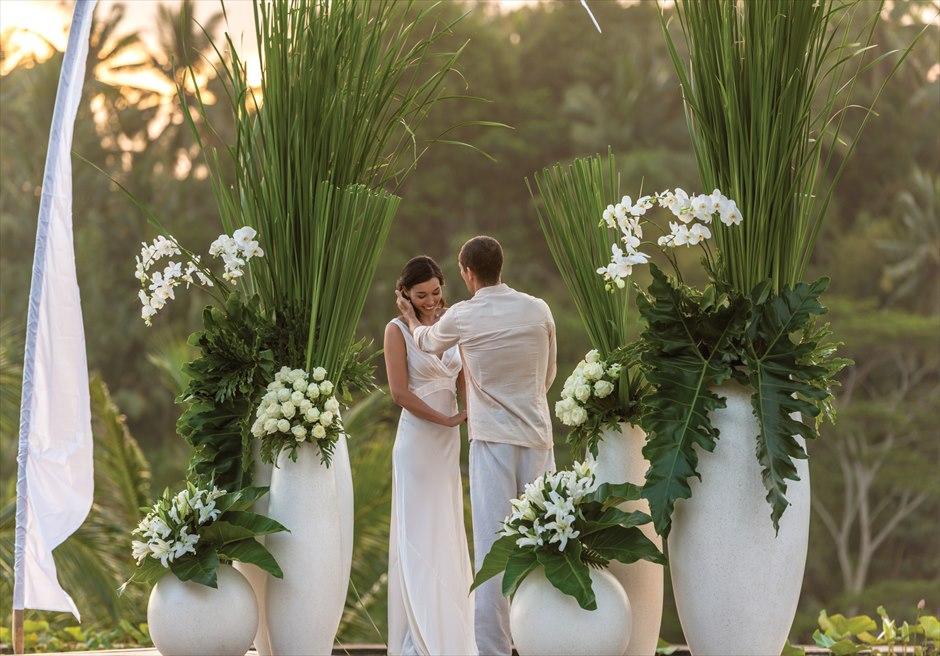 フォーシーズンズ・リゾート・バリ・サヤン サヤン・インフィニティ・アップグレード 6つの生花スタンディングフラワー