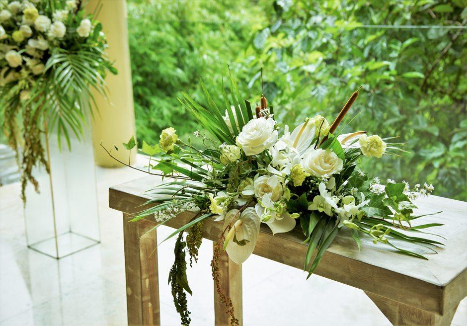 ワナスマラ・チャペル クラシカル・ウェディング ラスティック祭壇 生花のセンターピースフラワー装飾