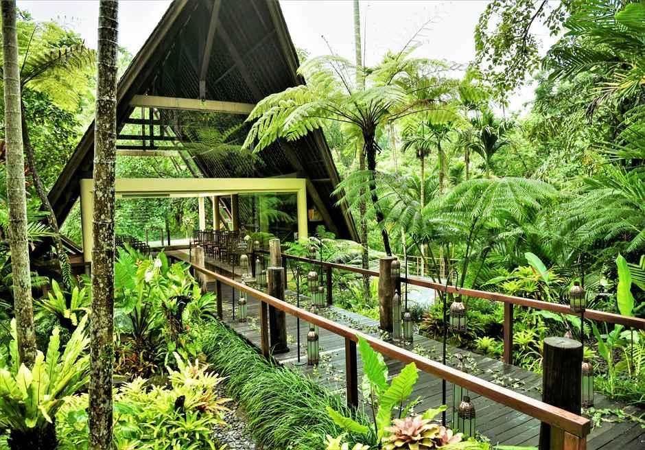 コマネカ・アット・ビスマ ワナスマラ チャペル・クラシカル・ウェディング 熱帯雨林の生い茂るブリッジ・ランタン装飾
