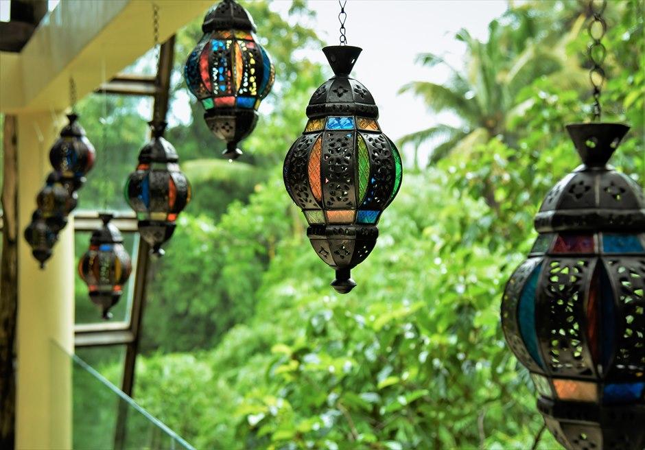 ワナスマラ・チャペル クラシカル・ウェディング 祭壇周り ジャングルに映えるステンドグラス・ランタン
