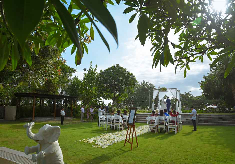 パドマ・リゾート・レギャン挙式|ビーチフロント・ガーデンウェディング 挙式シーン