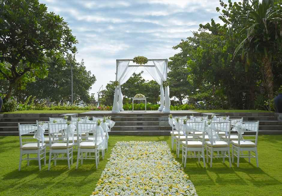 パドマ・リゾート・レギャン挙式| ビーチフロント・ガーデンウェディング ホワイト&イエロー挙式会場装飾
