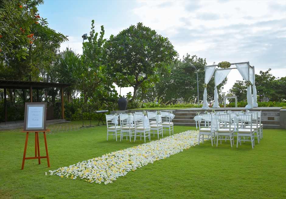 パドマ・リゾート・レギャン挙式| ビーチフロント・ガーデンウェディング 生花フラワーバージンロード