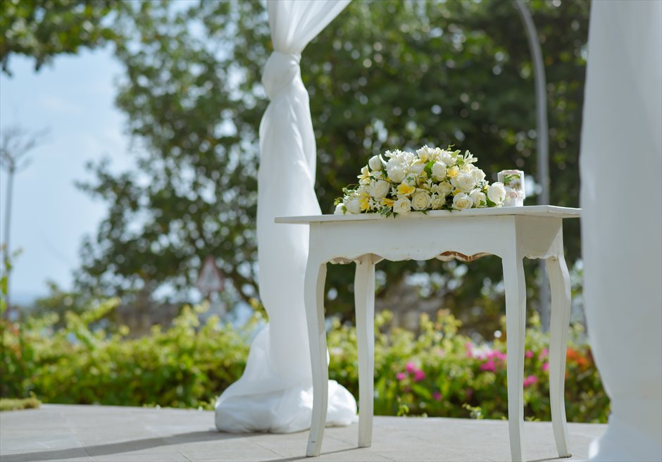 パドマ・リゾート・レギャン挙式| ビーチフロント・ガーデンウェディング 祭壇センターピースフラワー