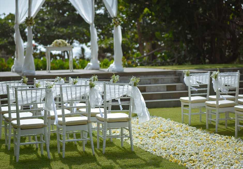 パドマ・リゾート・レギャン挙式| ビーチフロント・ガーデンウェディング バージンロード