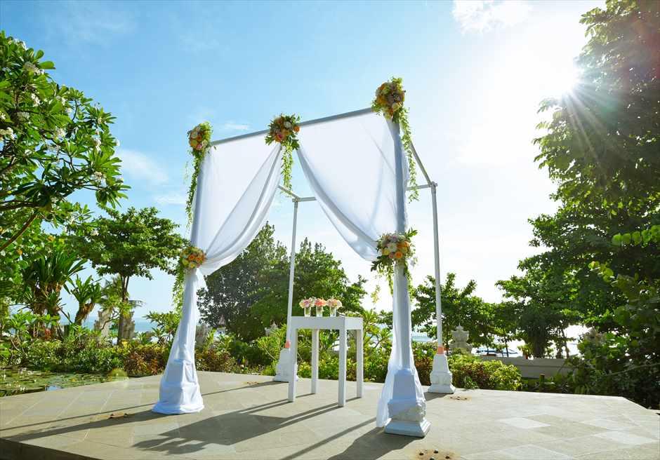 プレジデンシャルスイートヴィラ ビーチフロント・ガーデンウェディング ラスティック・スタイル基本装飾 ウェディングアーチ