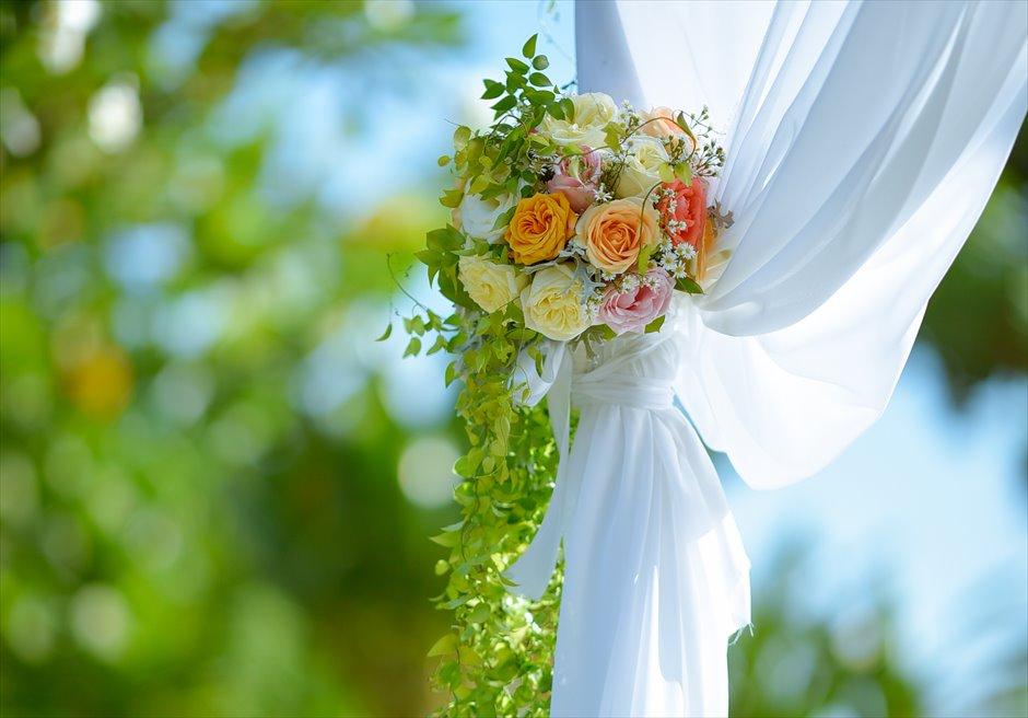プレジデンシャルスイートヴィラ ビーチフロント・ガーデンウェディング ラスティック・スタイル基本装飾 ウェディングアーチ生花装飾