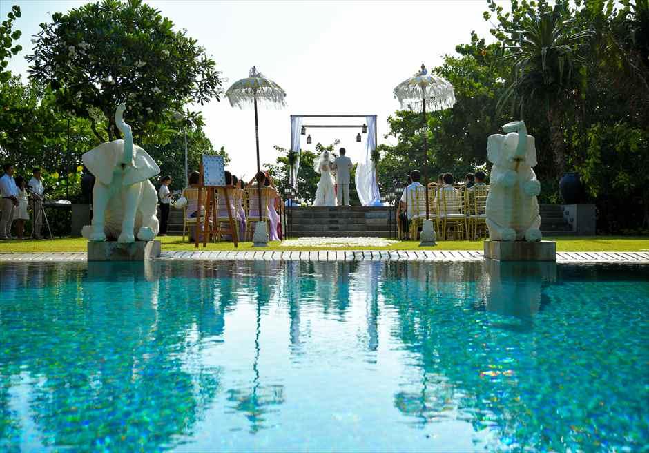 プレジデンシャルスイートヴィラ ビーチフロント・ガーデンウェディング バリニーズ・スタイル プライベートプールからの挙式シーン
