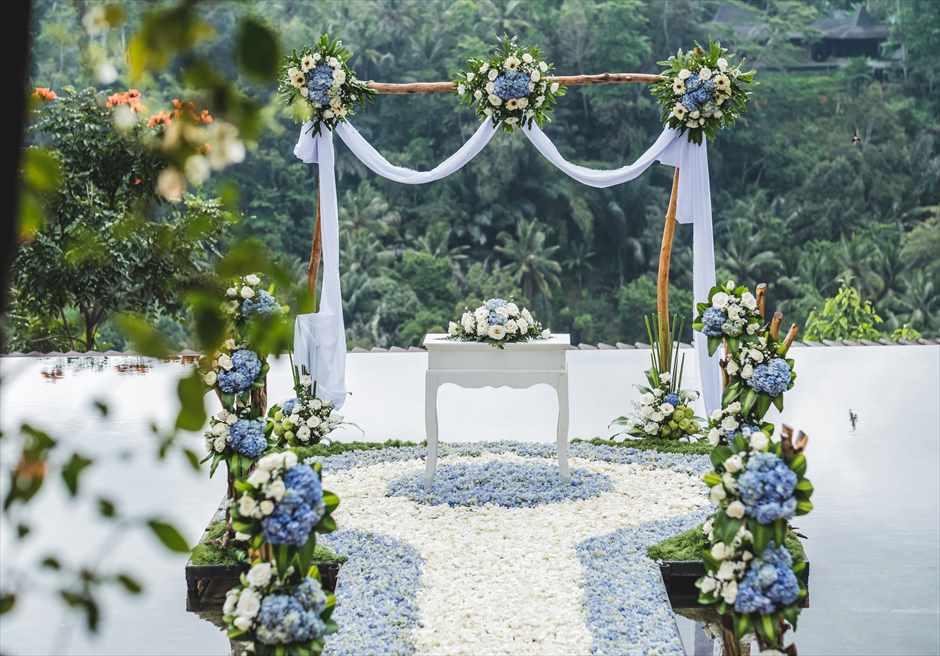 クプ・クプ・バロン・ウブド| ウォーター・ウェディング| ブルー基本装飾 祭壇周り生花装飾A