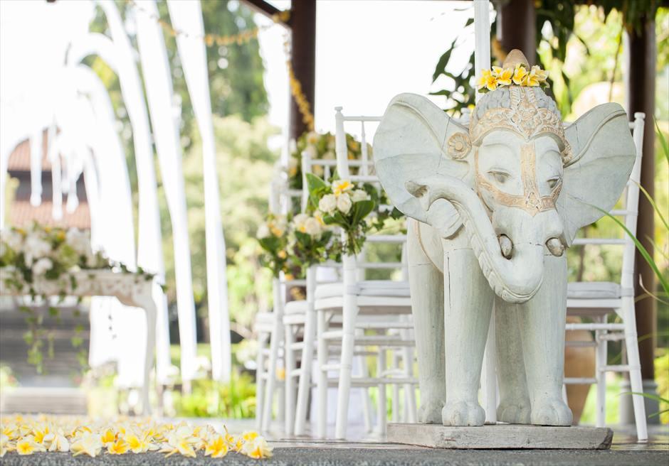 タナ・ガジャ・リゾート・バイ・ハディプラナ バレ・デダリ 石像装飾