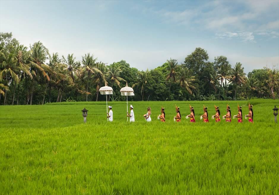 タナガジャ・リゾート・バイ・ハディプラナ 8人のフラワーガールを従えて挙式会場入場