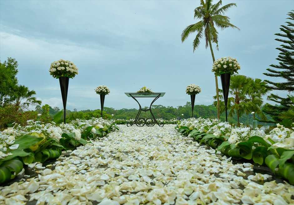 クプ・クプ・バロン・ヴィラズ&ツリー・スパ<br /> アトモスフェア・ウェディング ホワイト装飾<br /> 生花のフラワーバージンロード