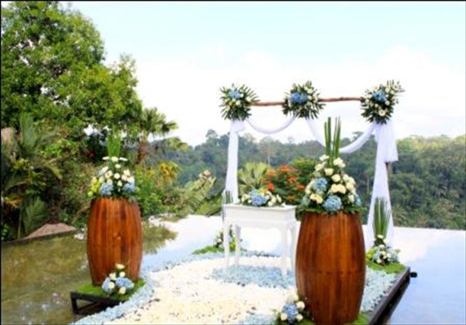 クプ・クプ・バロン・ウブド| ウォーター・ウェディング | ブルー基本装飾 祭壇周り生花装飾B