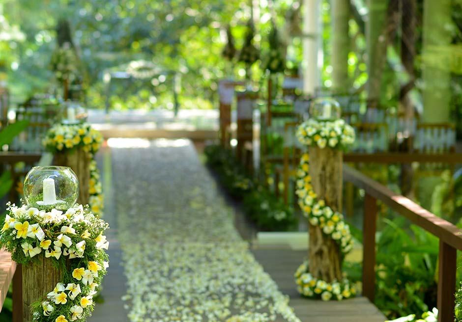 コマネカ・アット・ビスマ<br /> ワナスマラ・チャペル<br /> ブリッジ・バージンロード生花ホワイト&ブリッジ基本装飾