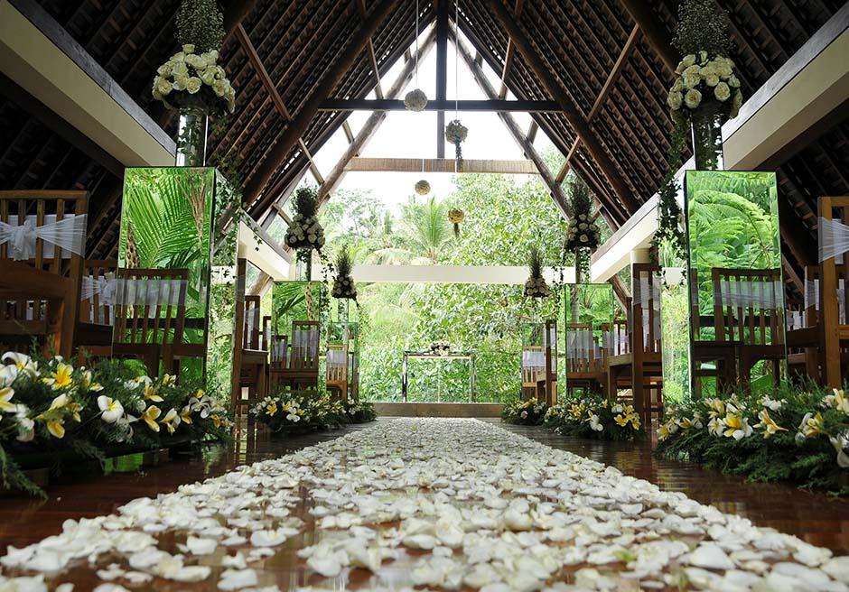 コマネカ・アット・ビスマ<br /> ワナスマラ・チャペル<br /> チャペル内生花ホワイト基本装飾