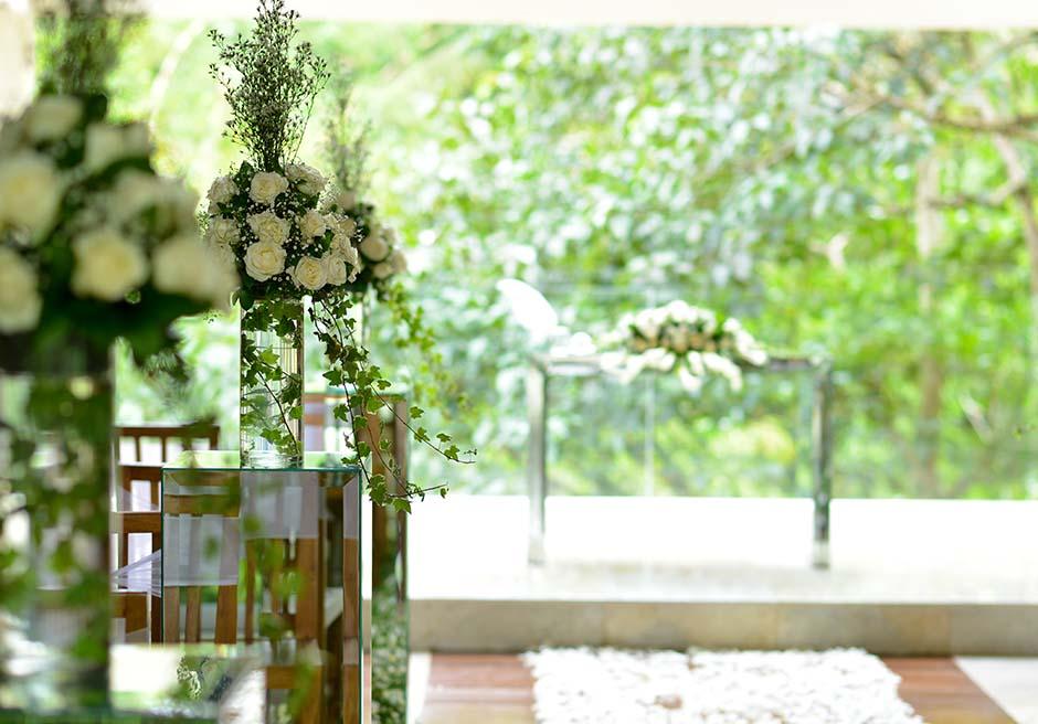 コマネカ・アット・ビスマ<br /> ワナスマラ・チャペル<br /> サイド生花基本装飾&祭壇センターフラワー