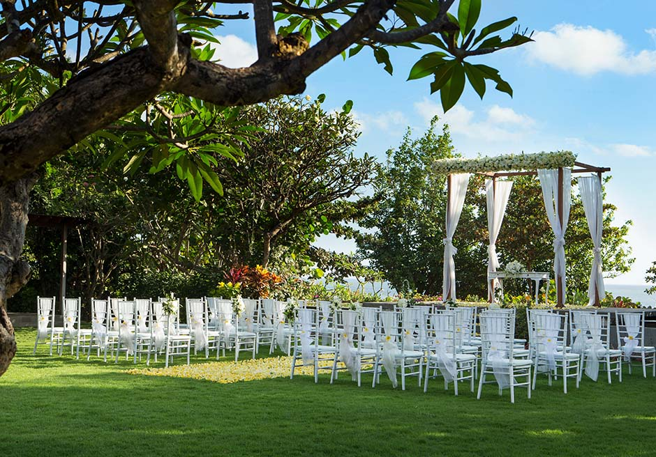 パドマ・リゾート・レギャン<br /> プレジデンシャルスイートヴィラ  ビーチフロント・ガーデンウェディング<br /> ホワイト基本装飾(ウェディングガゼボの生花はアップグレートとなっております)