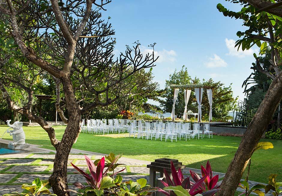 パドマ・リゾート・レギャン<br /> プレジデンシャルスイートヴィラ  ビーチフロント・ガーデンウェディング<br /> ホワイト基本装飾 挙式会場全景<br /> (ウェディングガゼボの生花はアップグレートとなっております)