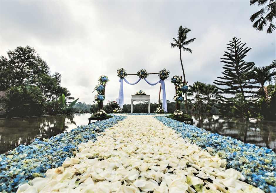 ウォーター・ウェディング | ブルー基本装飾 アイルサイド生花| フラワーバージンロード